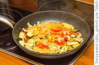 Шаг 4. Обжариваем овощи в том же сотейнике.
