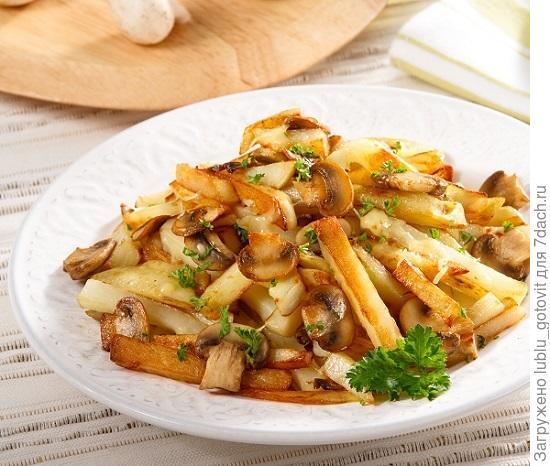 Картофельное рагу с жареными шампиньонами и тертым сыром/Фото: Олег Кулагин/BurdaMedia