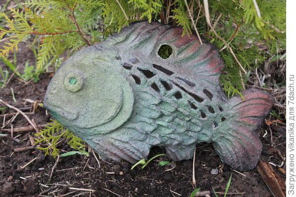 Плоская рыбка с дырочкой, для того чтобы можно было повесить на стену или забор.