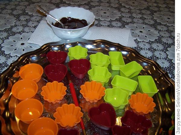 Перед заполнением формочек шоколадом