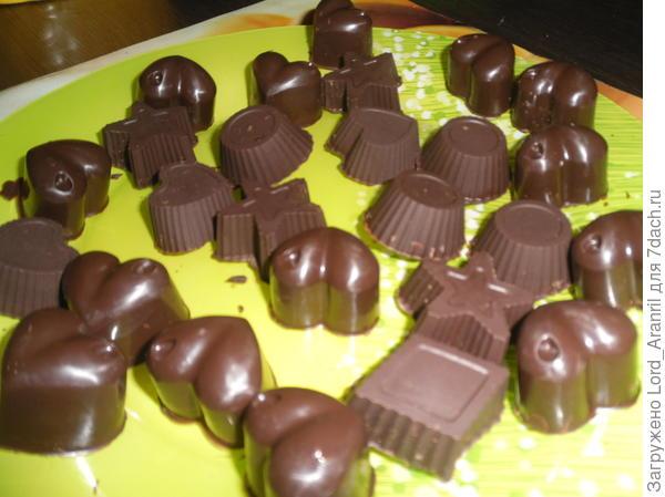 15. Но вернемся к конфетам.. Закидав начинку, заливаем шоколадом и разравниваем шпателем.. Потом на часа 2 на холод.. А уже после.. можно доставать))
