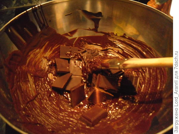 11. Конфеты подзастыли и пора их укреплять.. Для ентого уже остывший шоколад наносим тонкой кисточкой на стенки и снова конфеты на 20 минут в холод.. Наш уже застывший, оставшейся в миске, шоколад снова топим, прибавляя к нему еще 30% от всей массы 77% шоколада, темперируем)) я еще для армирования добавил 99% - 1 дольку, но не знаю, обязательно или нет..