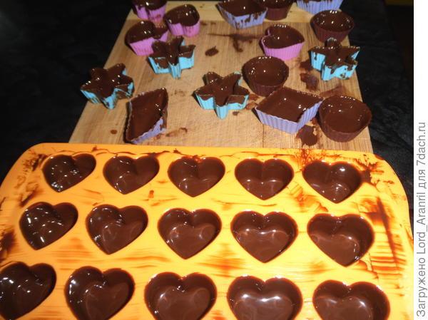 6. Кисточкой (кулинарной) поднмаем шоколад на стенки.. Повторяем это действие еще на протяжении 15-20 минут, т.к. шоколад стекает на дно.. После небольшого схватывания убираем или в холодильник, или на балкон))