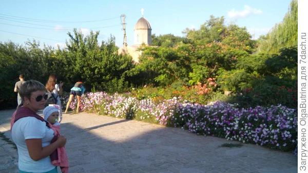 А это мы с дочкой в этом году в Феодосии гуляем по крепости