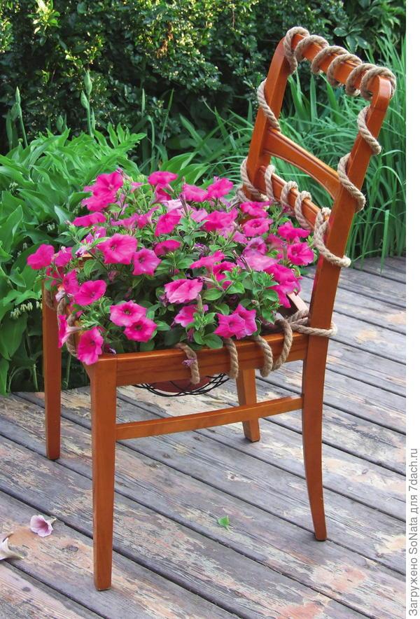 Модная тенденция дачного дизайна - цветущий стул