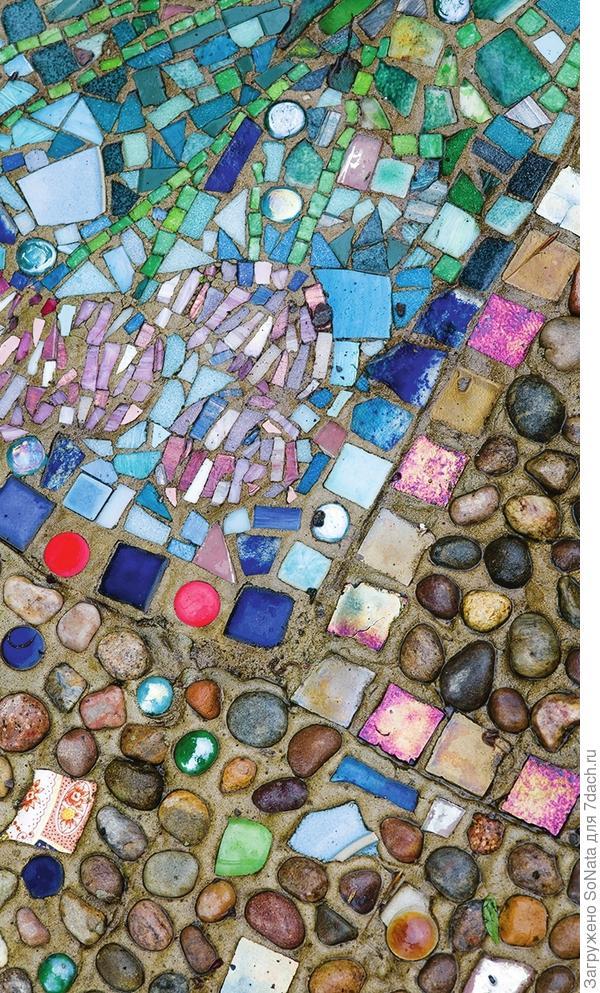 Пустоты между плитами или незамощенная территория - идеальный полигон для гравийной мозаики, которая может принимать любую форму.