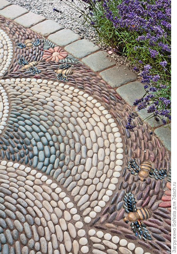 Мозаику дополняют самоцветы из стекла - из них выложены блестящие крылышки каменных насекомых.