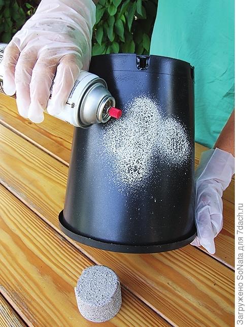 Равномерно покройте контейнер аэрозольной штукатуркой.