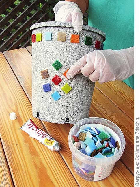 Край контейнера украсьте разноцветной мозаикой.