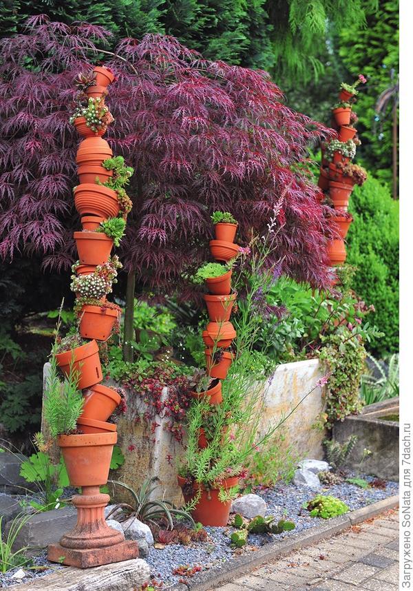 разбросайте по газону яркую керамическую плитку, а в промежутках расставьте горшки и ящики с цветущими растениями.