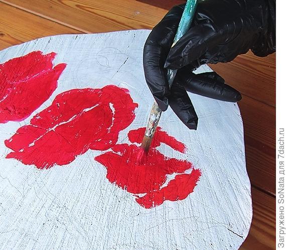 Раскрасьте маки акриловыми красками, высушите.
