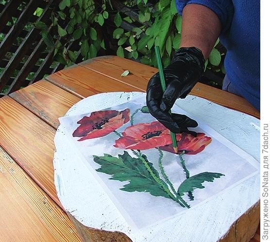 Приложите рисунок к боковой поверхности пня-пуфика заштрихованной стороной вниз и, обводя простым карандашом все линии рисунка, переведите его на поверхность.