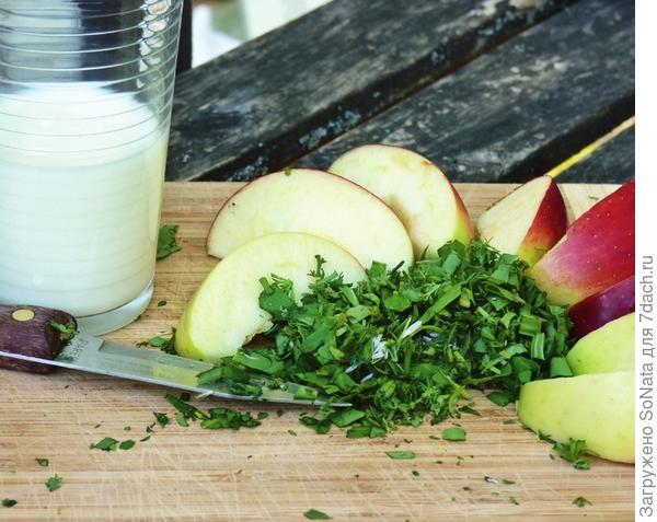 Вам понадобится: небольшая горсть сбора из свежих трав,1 яблоко или 1 морковь, 1 стакан пахты или кефира