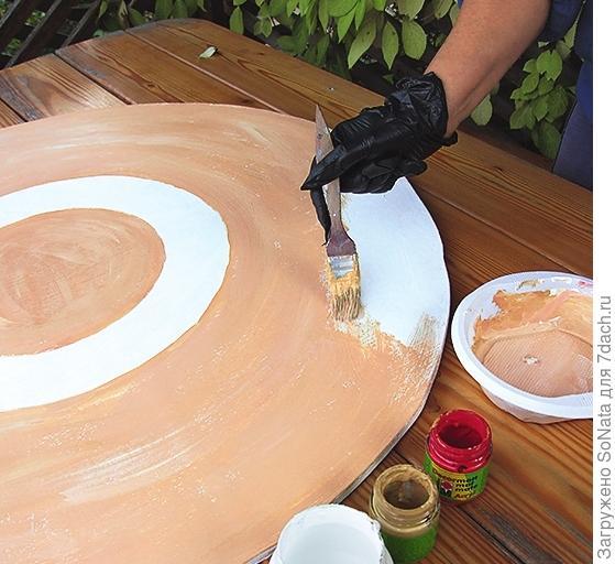 Окрасьте столешницу в терракотовый цвет, а кружок в самом центре и кольцо, которое получилось от обводки тарелки и подставки, оставьте белыми.