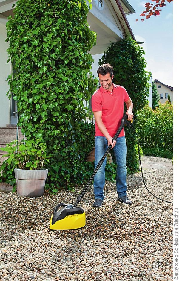 Необходимо регулярно убирать опавшие листья и любые растительные остатки с помощью граблей или садового пылесоса