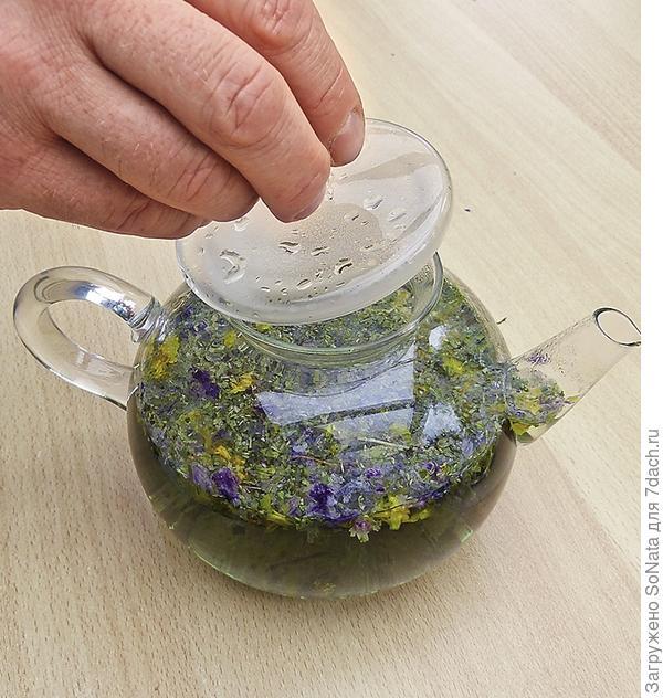 Закройте чайник крышкой сразу же после заваривания