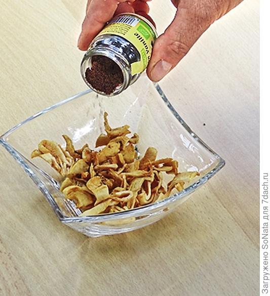 Яблочные дольки мелко нарежьте и добавьте бурбонской ванили.