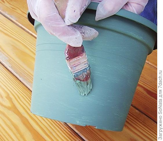Окрасьте емкость фасадной краской. Сушите в течение 8 часов.