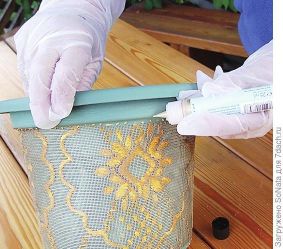 Когда изделие высохнет, с помощью золотого контура для стекла нанесите дополнительный декор из точек по краю тюля.