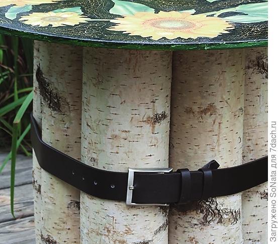 Составьте 5-7 березовых поленьев вместе и сильно стяните ремнем.