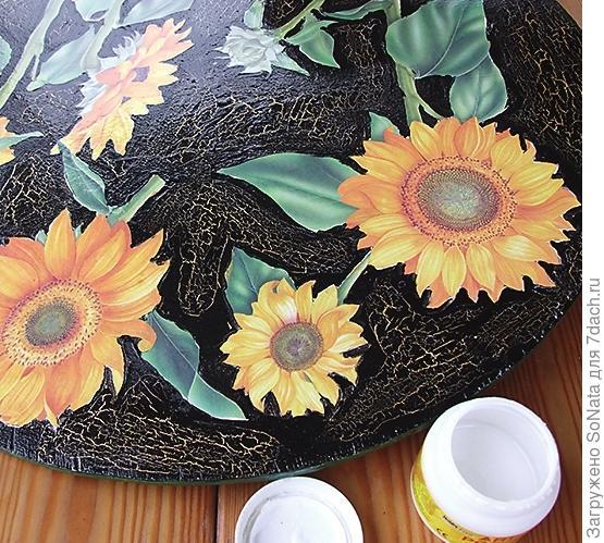 Наклейте вырезанные цветки на столешницу.