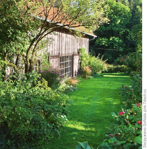 Бывший свинарник примыкает к амбару и западному крылу дома. Сейчас он превратился в светлую, полную воздуха комнату, через огромные окна которой открывается чудесный вид на сад и на луг.