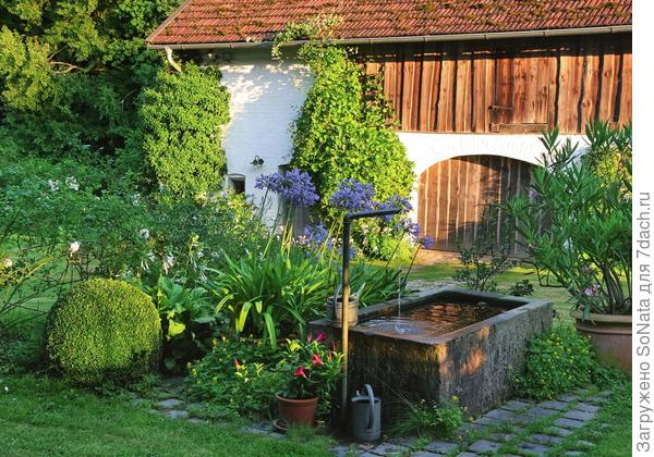 В каменный фонтанчик в середине двора вода поступает из природного источника