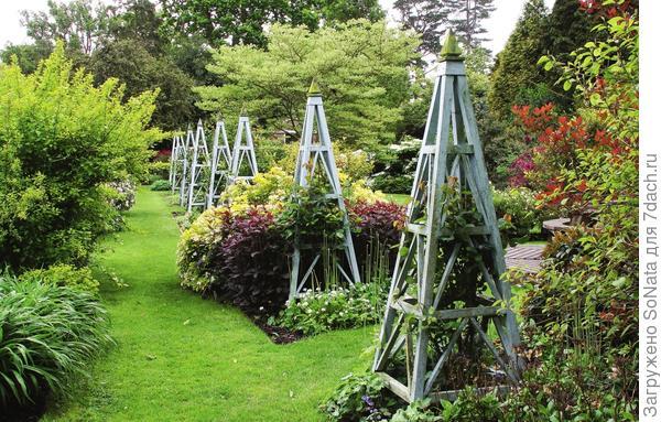 Садовые башенки могут быть и вот такими монументальными.