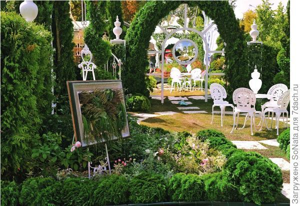 Зеркала обладают невероятными способностями: отражают и тем самым умножают красоту сада, зрительно удваивают пространство и даже увеличивают освещенность.