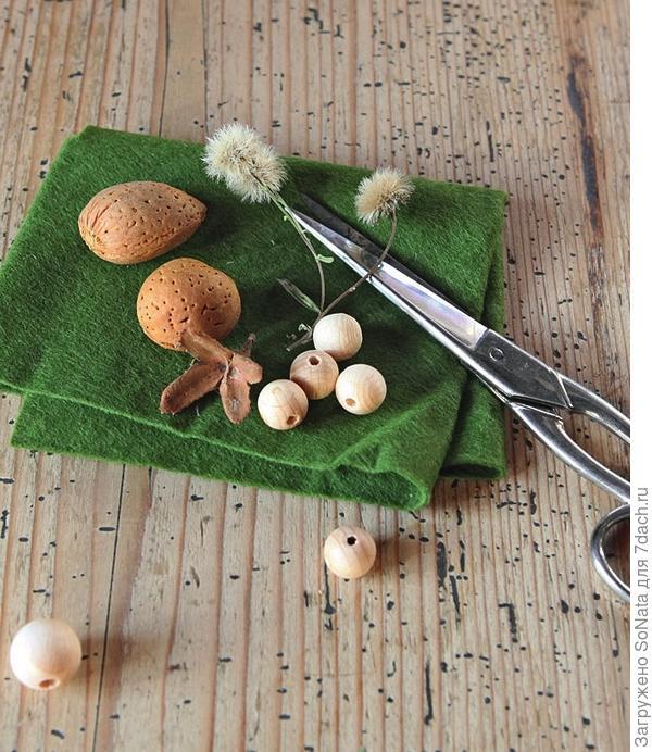 Кроме этого, вам понадобится кусочек цветного флиса, флисовый шнур, маленькие цветки садовых растений (например, анафалиса), неокрашенная деревянная бусина для головы, клей для древесины и ножницы.