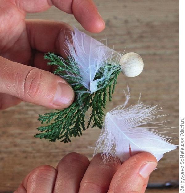 На стебель веточки капните немного клея и наденьте на него деревянную бусину.