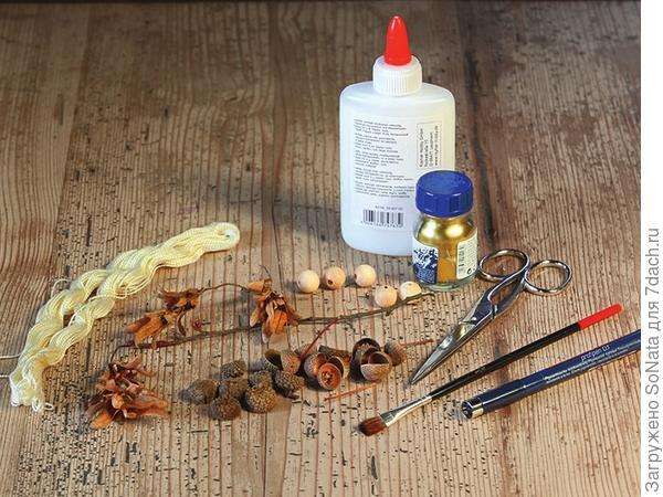 В магазине товаров для творчества приобретите золотую пудру, клей для древесины, неокрашенные деревянные бусины разной величины, светлую бисерную пряжу для подвешивания фигурок, кисточку, маркер с тонким черным стержнем и ножницы.