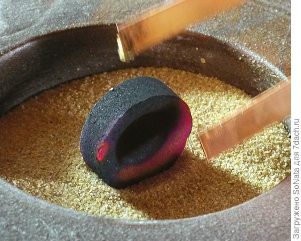 Подожгите таблетку угля для кальяна, с помощью щипцов поставьте ее в песок на ребро и дайте хорошо прогореть.
