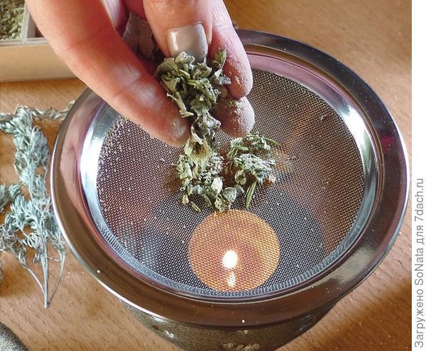 Положите порцию смеси для окуривания в центр ситечка, непосредственно над пламенем свечи.