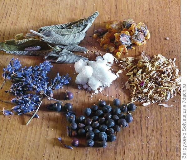 Состав смеси для окуривания: ягоды можжевельника, лаванда, шалфей, еловая или сосновая смола, корень дягиля и камфора