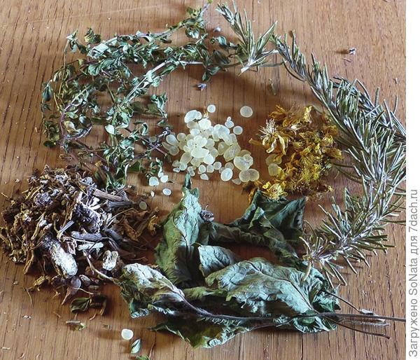 Совстав смеси для окуривания: мята, корень девясила, полынь, розмарин,зверобой, смола мастикового дерева (pistacia lentiscus)