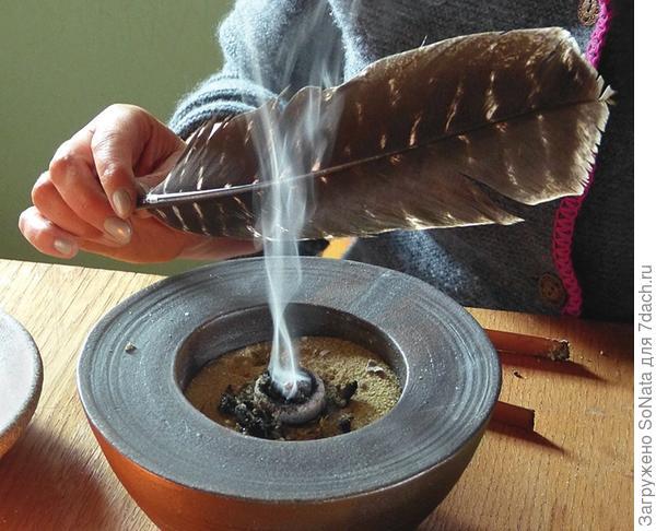 Плотным большим пером раздувайте жар, пока не будет столько дыма, сколько вам нужно.