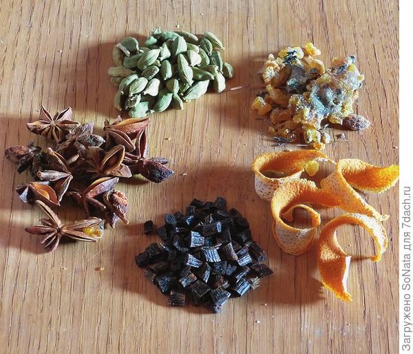 Состав смеси для окуривания: ваниль, анис звездчатый (бадьян настоящий), кардамон, еловая смола, сухие апельсиновые корки