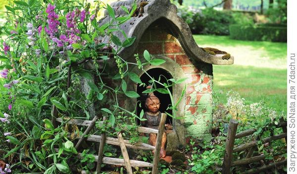 Крохотный кирпичный домик с глиняным человечком на пороге словно приглашает в добрую сказку.