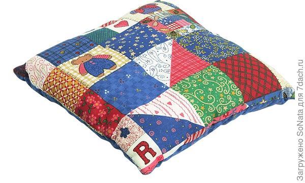 Подушку в стиле пэчворк положите на сиденье стула или кресла.
