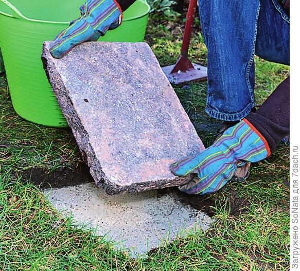 Насыпьте на дно песок толщиной 3-5 см и разровняйте его. Затем положите плиты.
