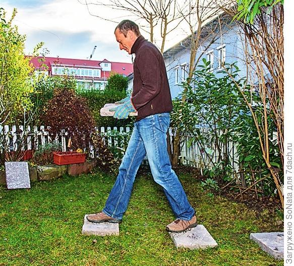 Затем выложите плиты прямо на траву. Расстояние от центра плиты до центра следующей плиты должно составлять не более 60-65 см.