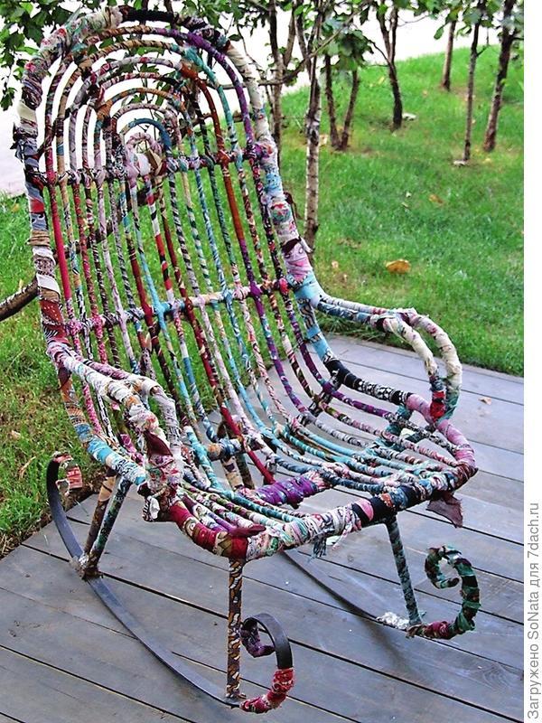 Старое кресло-качалку тоже можно оживить и раскрасить.