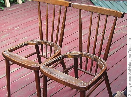 Ставим оба стула рядом, прижимаем плотно один к другому.