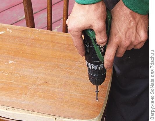Крепим сиденье к основанию скамьи с помощью шурупов