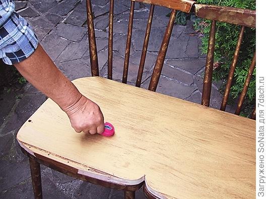 Сиденье скамьи покрываем средством для получения кракелюров и хорошо просушиваем.