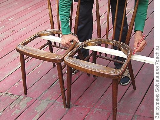 Отмеряем длину будущего сидения скамейки - она равна длине двух сидений.