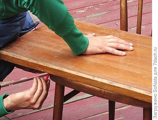 Накладываем на полученное основание скамьи старую дверь от шкафа или мебельный щит и на ней снизу карандашом обводим очертания будущего сиденья скамьи.