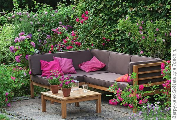От посторонних глаз место отдыха прикрывают розы и живая изгородь из граба