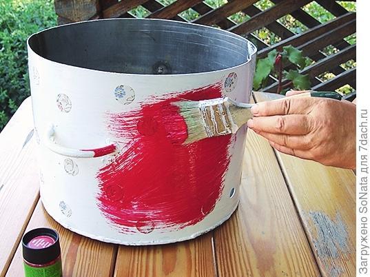 Окрасьте поверхность красной фасадной краской и высушите